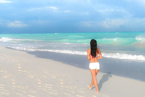Clelia-Mattana_keep_calm_and_travel_website_Cancun_beach_isla_blanca_girl_walking_on_the_beach