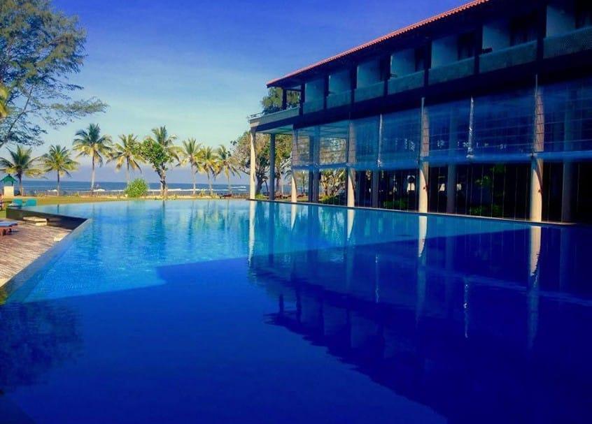 SRI-LANKA-HOTEL-CINNAMON-SWIMMING-POOL-ON-THE-BEACH