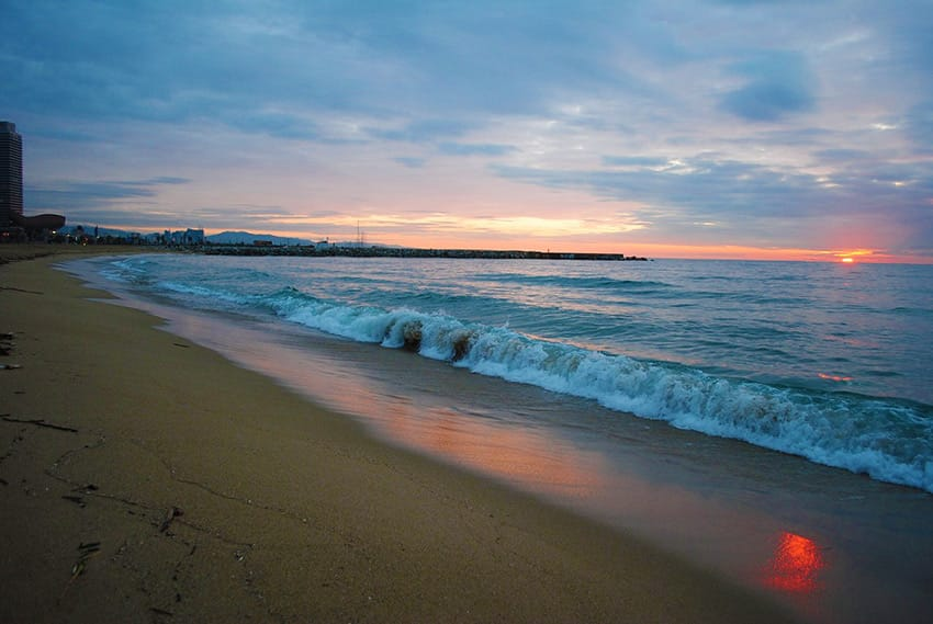 Barcelona_top_10-things_to_do_barceloneta-beach-at-dawn