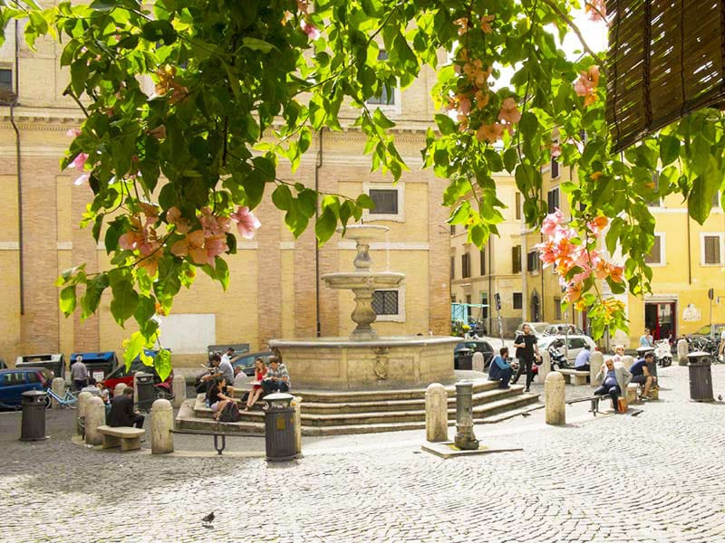 5_piazza_madonna_dei_monti_con_la_fontana