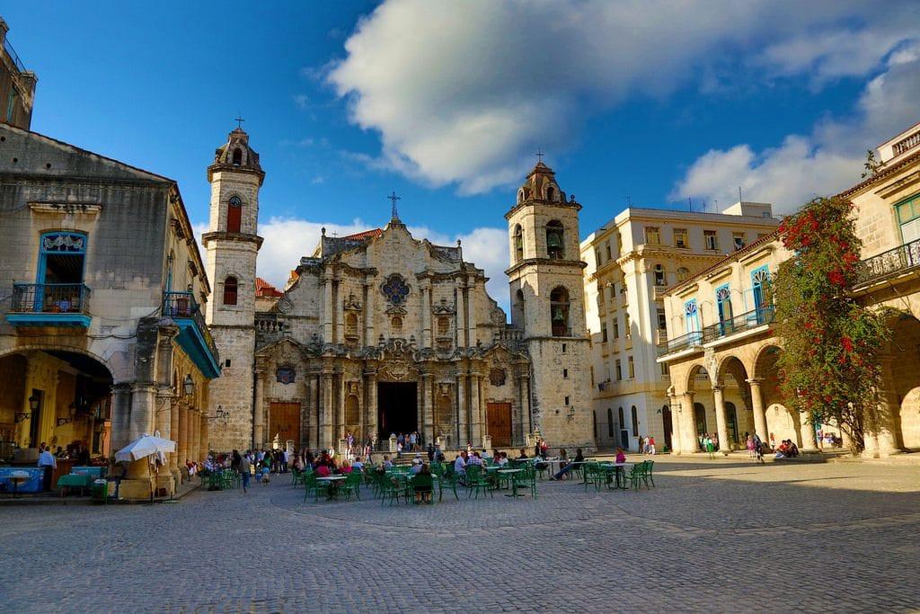 Cuba-holidays_one_week_itinerary_Habana Vieja bar