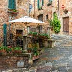 Beautiful-vicolo-in-Toscana-centro storico-Montepulciano-Italia-Road-Trip