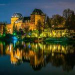 Italia-ROAD-TRIP-Castello-del-Valentino-barocco-castello-visto-da-fiume-po-durante la notte-in-Torino-Italia