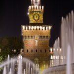 Italia-ROAD-TRIP-Milano-Sforza-Castello-Milano-Italia-con-acqua-fontane-di notte