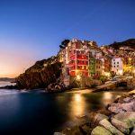 Italia-strada-viaggio-Riomaggiore-pescatore-villaggio-al-tramonto-cinque-terre-in-Italy-sospeso-tra-mare-e-terra-su-Sheer-scogliere-Liguria-Italia