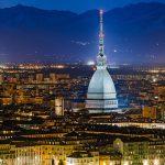 Italia-ROAD-TRIP-Torino-notte-panorama-con-la-Mole-Antonelliana-e-Alpi