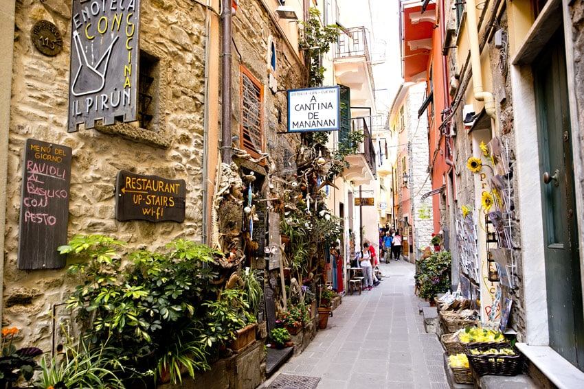 Italy-Cinque-Terre-Liguria-CORNIGLIA-narrow-picturesque-streets-Italy-best-things-to-see