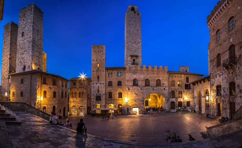 Italy-road-trip-tuscany-main-square-with-towers-in-San-Gimignano-things-to-do-and-see