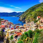 Italia-strada-viaggio-Vernazza-villaggio-e-Oceano-costa-in-cinque-terre-Italia