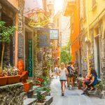 Italia-cinque-terre-Charming-narrow-Street-in-Corniglia-con-tradizionale-italiano-colorato-Case-local-Winery-Cinque-Terre-National-parco-Italia-UNESCO-patrimonio dell'umanità-sito