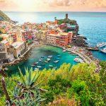 Italia-Road-Trip-panorama-di-Vernazza-e-Suspended-giardino-cinque-terre-nazionale-parco-Liguria-Italia-Europa