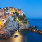 Italia-Road-Trip-panorama-vista-di-Manarola-villaggio-cinque-terre-di-notte-vicino-La-Spezia-Italia
