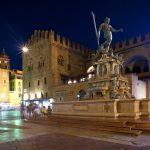 Italia-Road-Trip-Bologna-Emilia-Romagna-Fontana-di-Nettuno-di notte-Bologna-Italia.