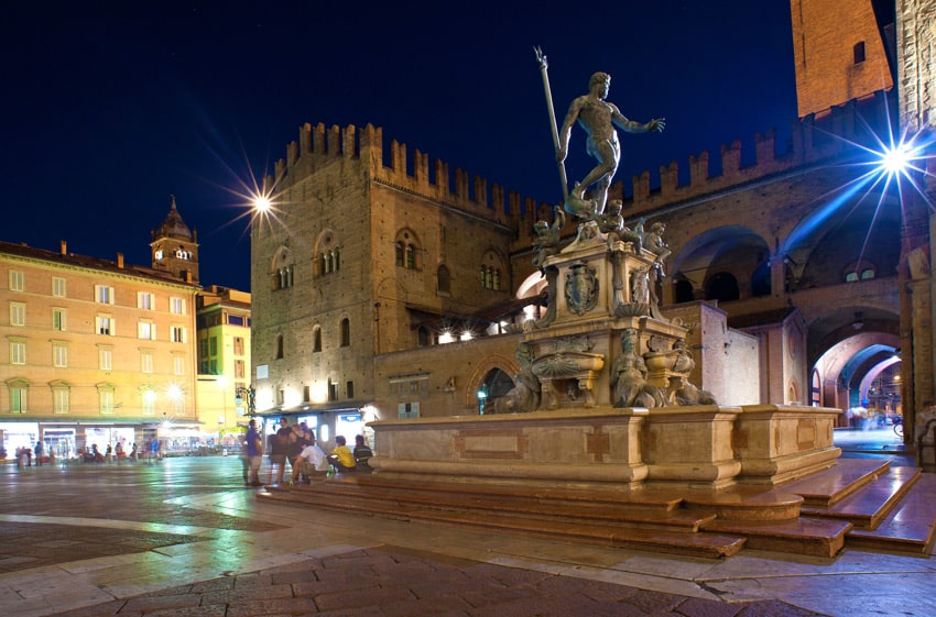 italy-road-trip-bologna-emilia-romagna-Fountain-of-Neptune-at-night-time-in-Bologna.-Italy.